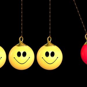 幸せになる方法「笑顔を浮かべる」「幸せそうに振る舞う」のイメージ画像